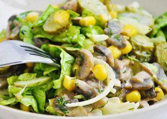 Salata cu iceberg, pui si ciuperci