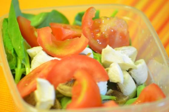 Salată de loboda, roşii şi ciuperci