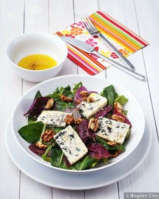 Salată de loboda, leurda, rucolă cu nuci şi brânză cu mucegai