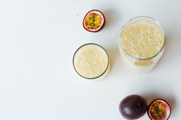 Smoothie cu banana, lapte de cocos si mango. Foto: glasshousejournal.co.uk