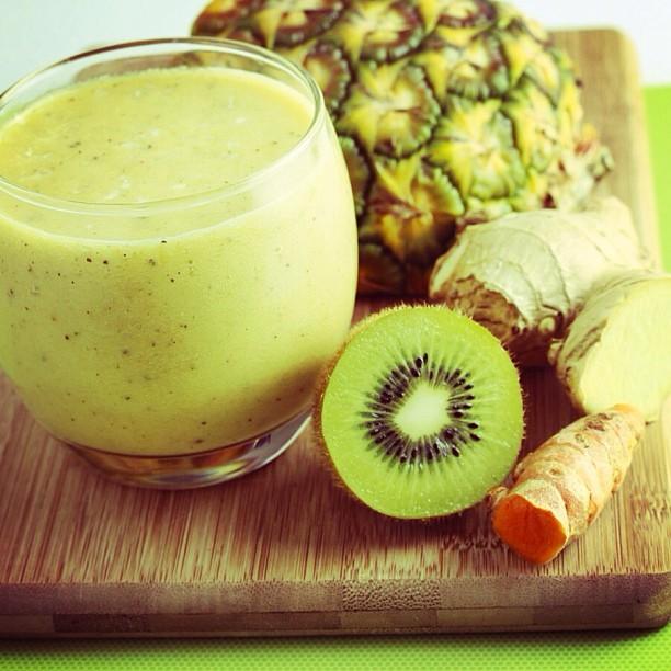 Smoothie de ananas cu kiwi. Foto: omnomally.com
