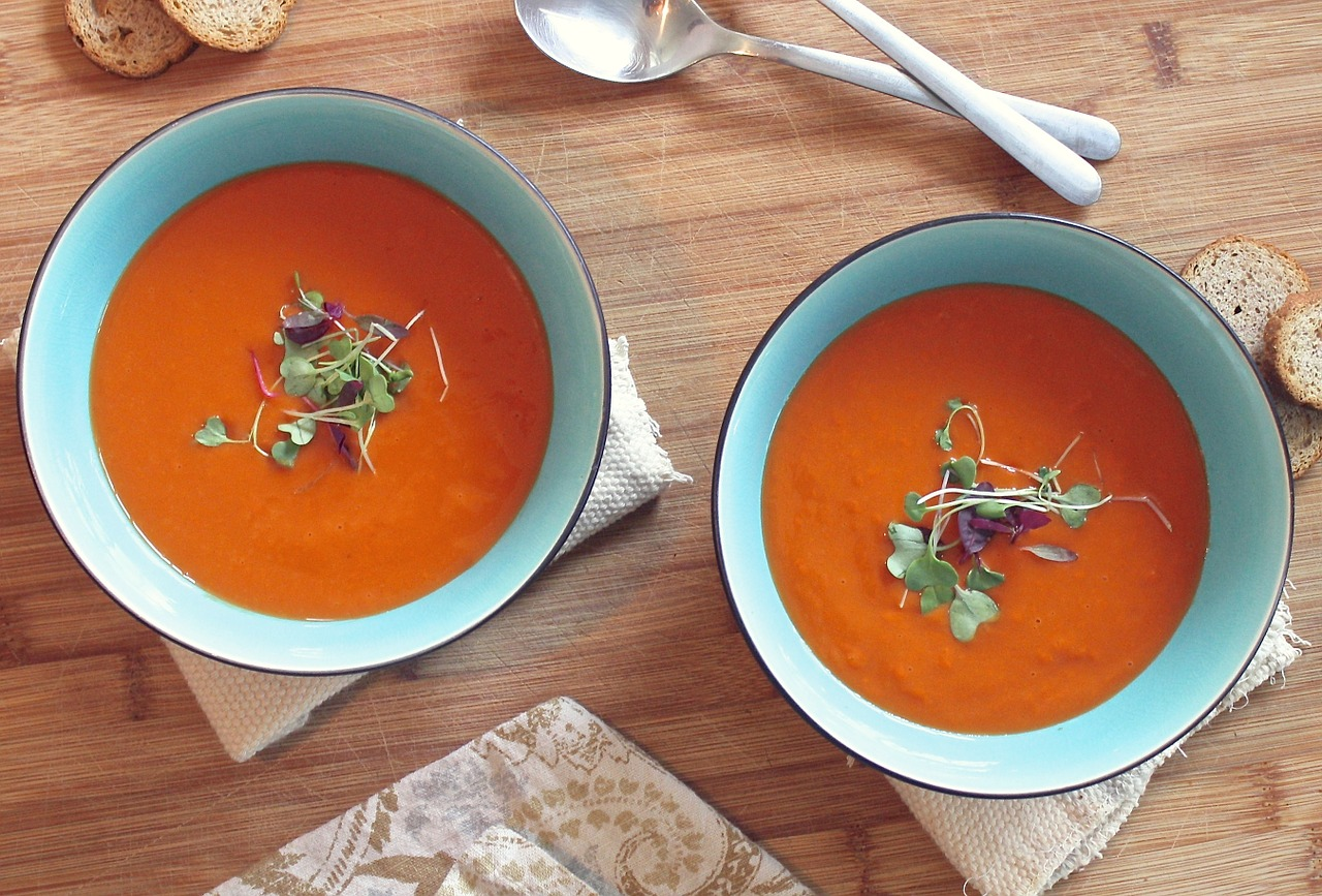Supă raw de roșii și busuioc. Foto: pixabay.com