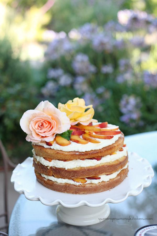 Tort cu frisca si piersici. Foto: Yummy Mummy Kitchen