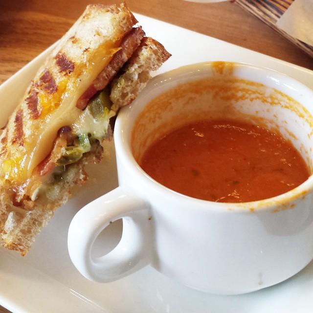 Supa de tomate cu sandvis cu branza la gratar. Sursa foto.