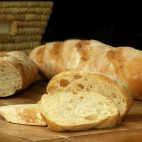 Trucul pentru a ţine pâinea proaspătă şi o lună