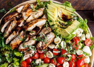 Salata cu pui la gratar si avocado