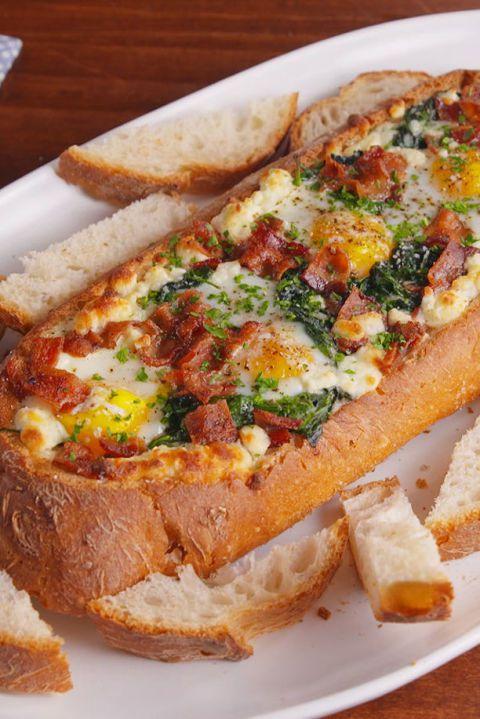 Bagheta umpluta cu oua sunca si legume la cuptor