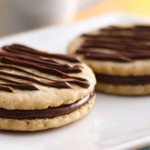 Biscuiti cu crema de lapte praf si ciocolata