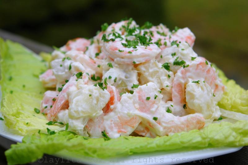 Salata de cartofi cu peste si sos de usturoi