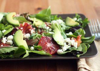 Salata iceberg cu avocado si feta