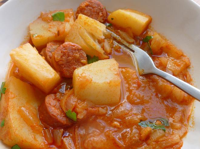 Mancare de cartofi cu carnati ungureasca