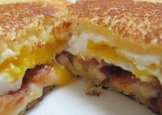 Sandwish cu bacon si oua