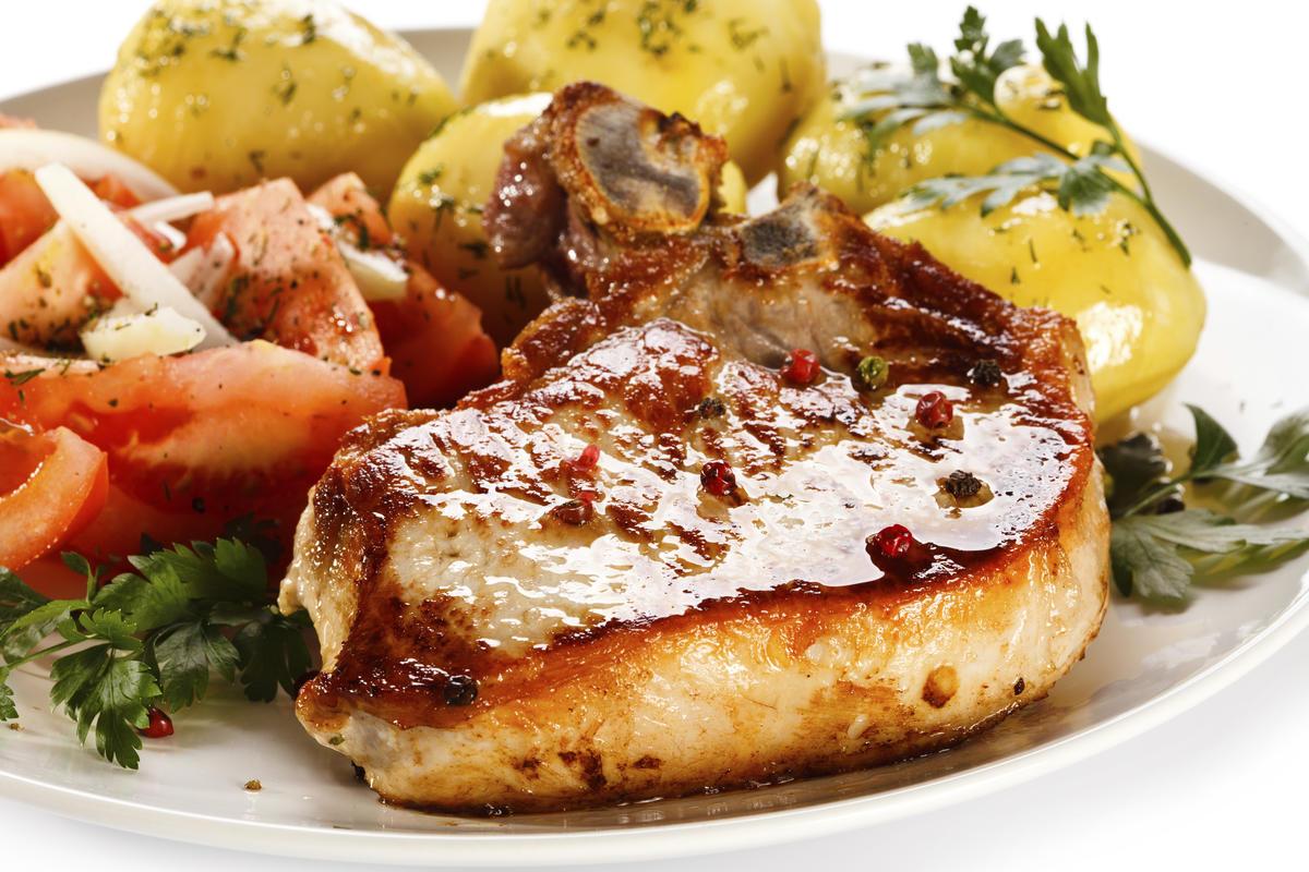Cotlete de porc cu cartofi noi