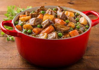 Morcov, cartofi , mazare, sos si carne de porc