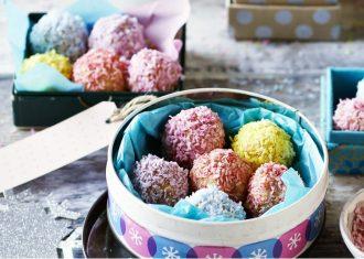 Prajituri din cozonac date prin fulgi colorati de cocos