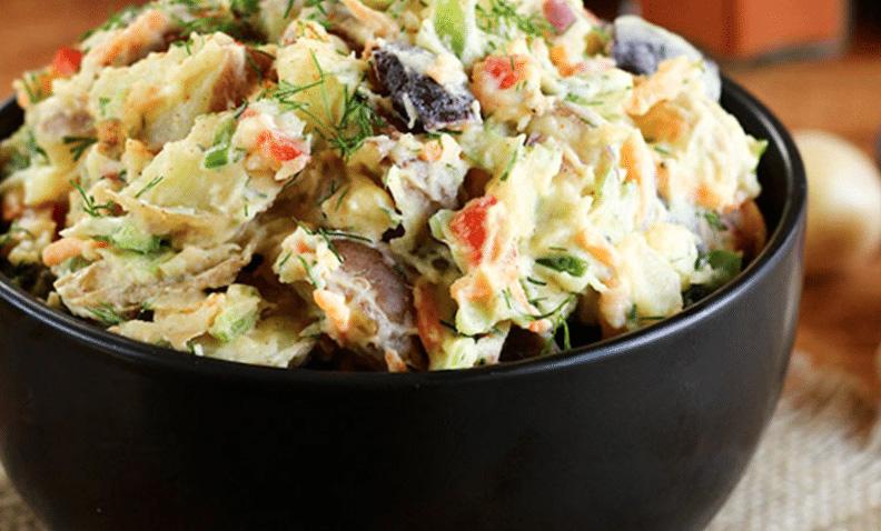Salata greceasca cu pui, ciuperci murate, carofi si maioneza