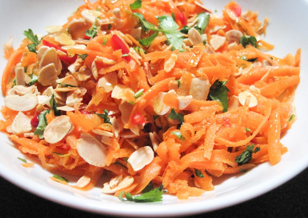 Salata cu morcovi, stafide si migdale