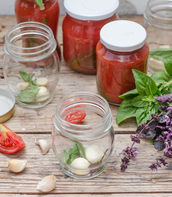 Suc de rosii cu busuioc si usturoi pentru paste (conserva)