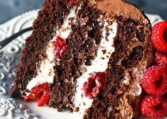Tort de ciocolata cu vanilie si zmeura felie