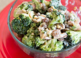 Broccoli cu smantana migdale prajite si stafide