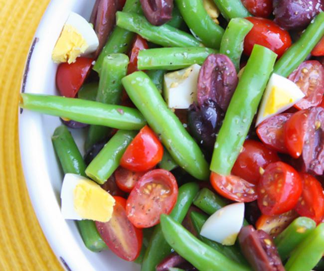 Salata de fasole verde oua rosii si masline