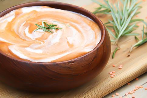 Supa crema de cartofi decorata cu rozmarin