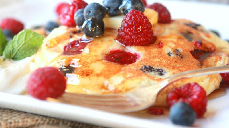 Clatite cu branza dulce si fructe de padure
