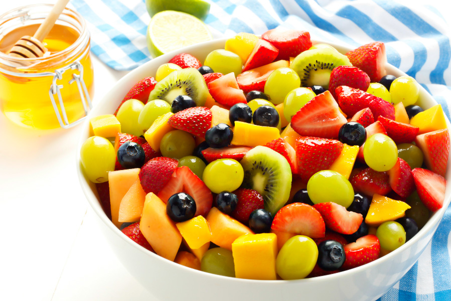 Salata de fructe cu capsune kiwi afine si miere