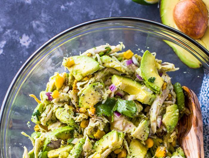 Salata de pui cu avocado, porumb si ceapa