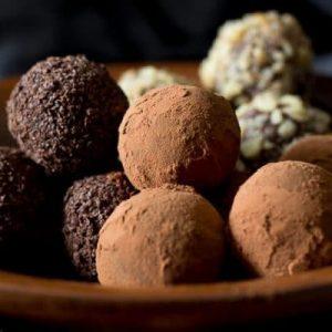 Trufe de ciocolata date prin cacao, alune