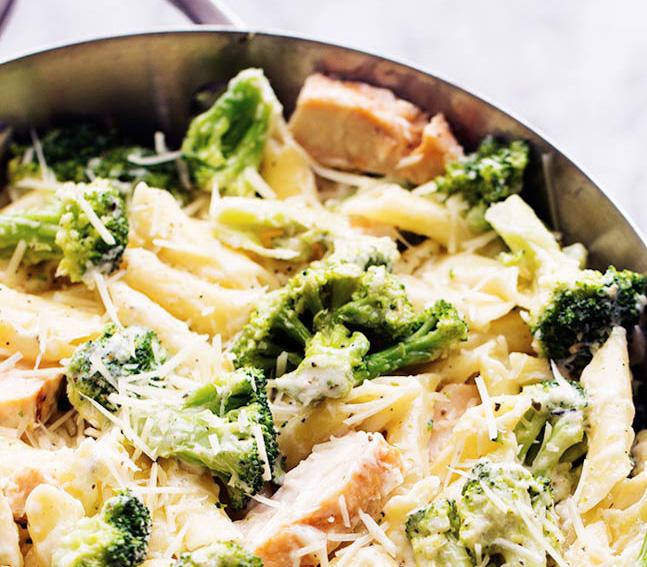Paste cu pui broccoli si parmezan