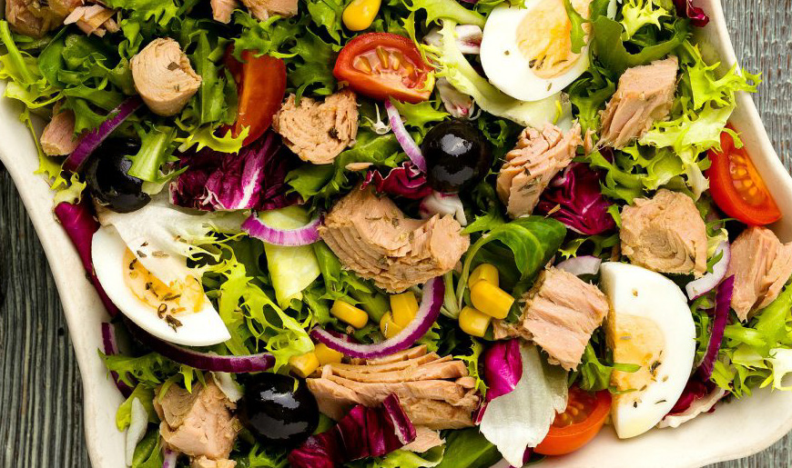 Salata cu ton oua rosii porumb