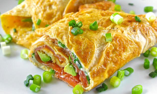Rulou omleta cu somon fume, mic dejun