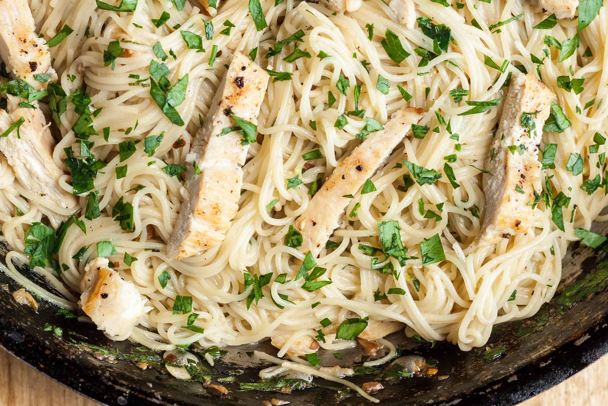Spaghete cu pui si sos de usturoi