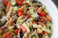 Salata cu paste in trei culori peste, rosii ardei si masline