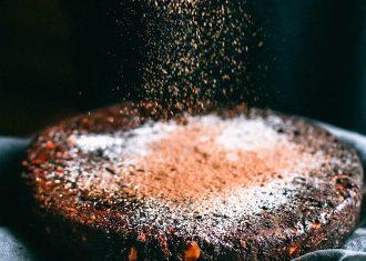 Tort Negresa insiropat cu portocale si zahar caramelizat