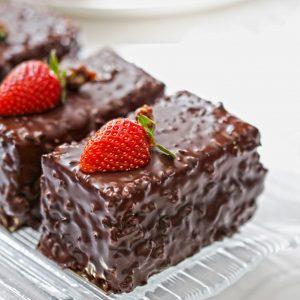 prajitura cu biscuiti crema de vanilie si ciocolata cu nuci