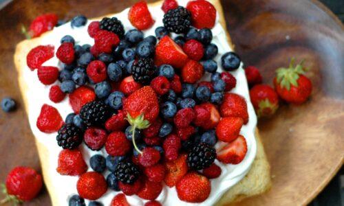 Fructe de padure cu paine prajita si smantana