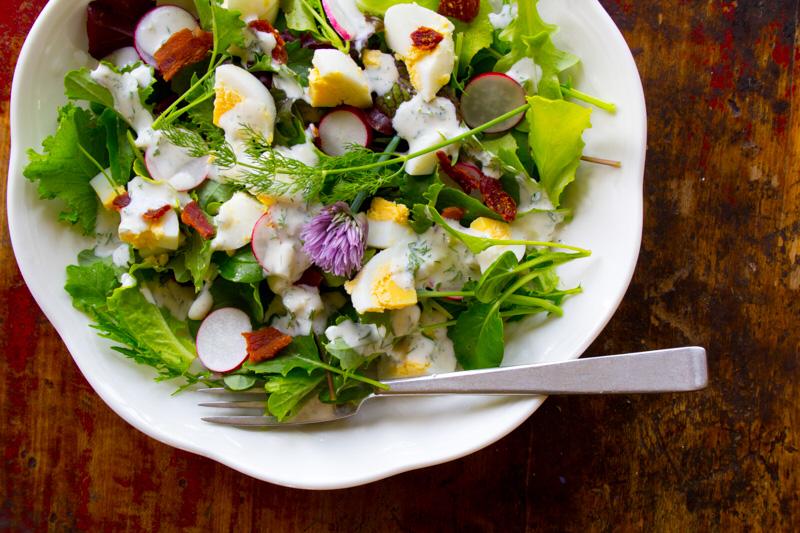 Salata de primavara cu dressing de iaurt