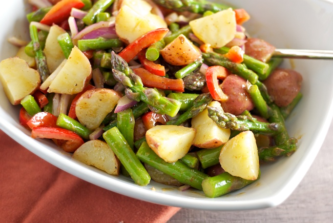 Salata de cartofi noi, cu fasole verde si sparanghel