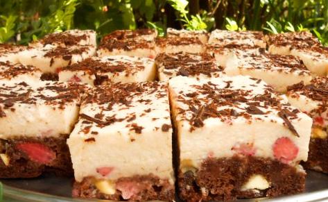 Prajitura cu blat de cacao si fructe si crema pufoasa