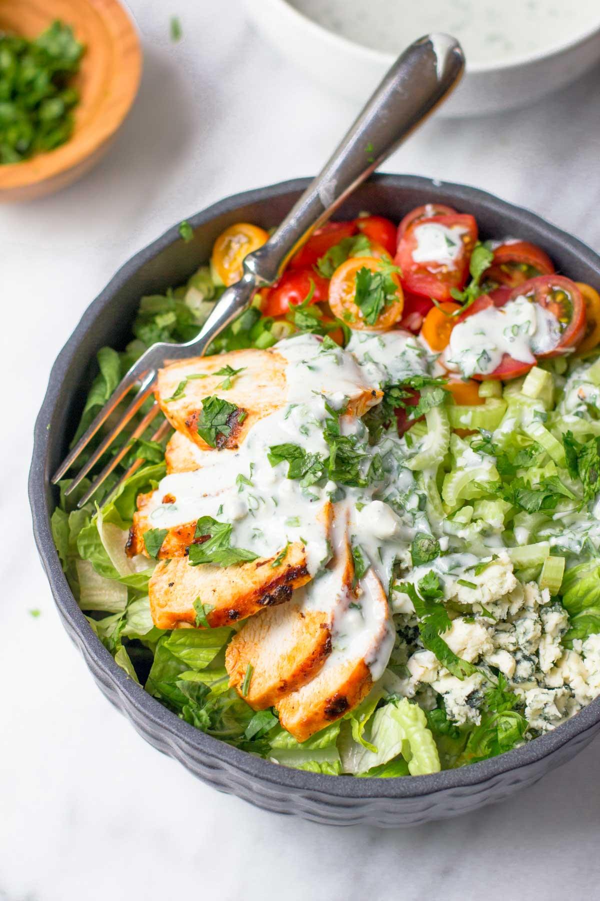 Salata de pui, cu branza cu mucegai, cherry si iaurt