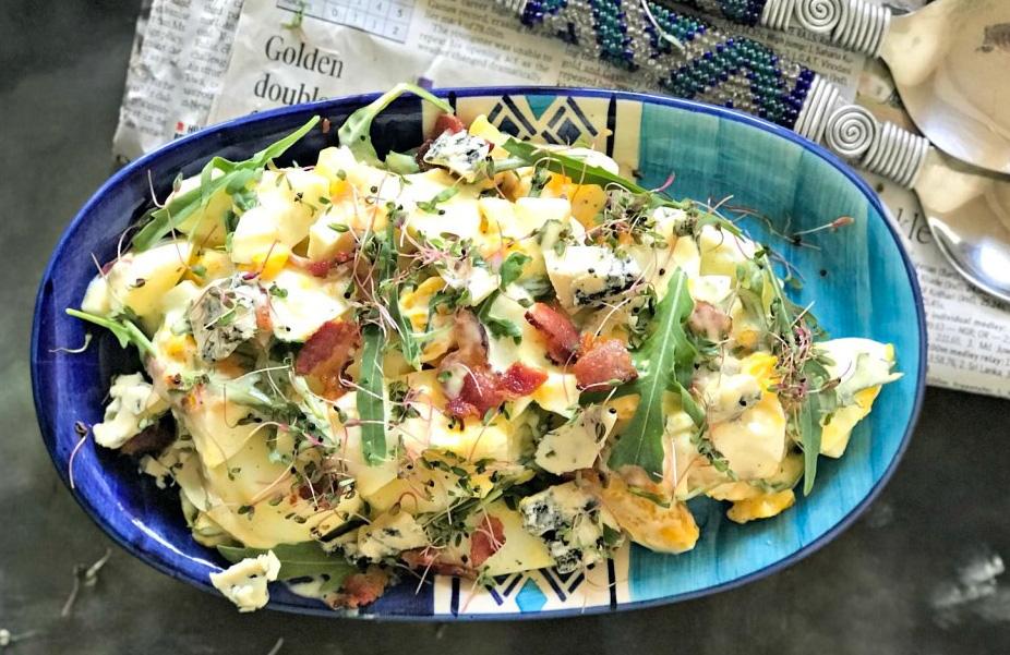 Salata cu oua, bacon si branza cu mucegai