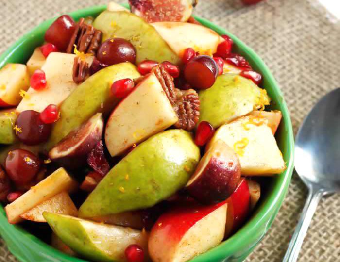 Salata cu mere, pere struguri, nuci, smochine