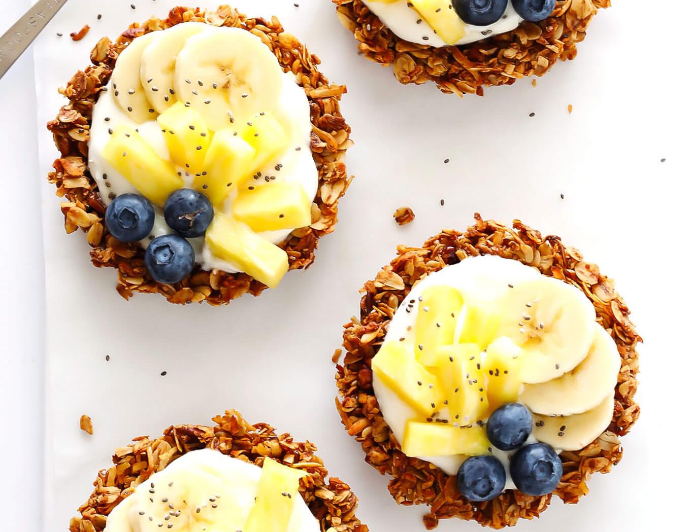 Mini tarte cu banane fulgi de ovaz iaurt si fructe