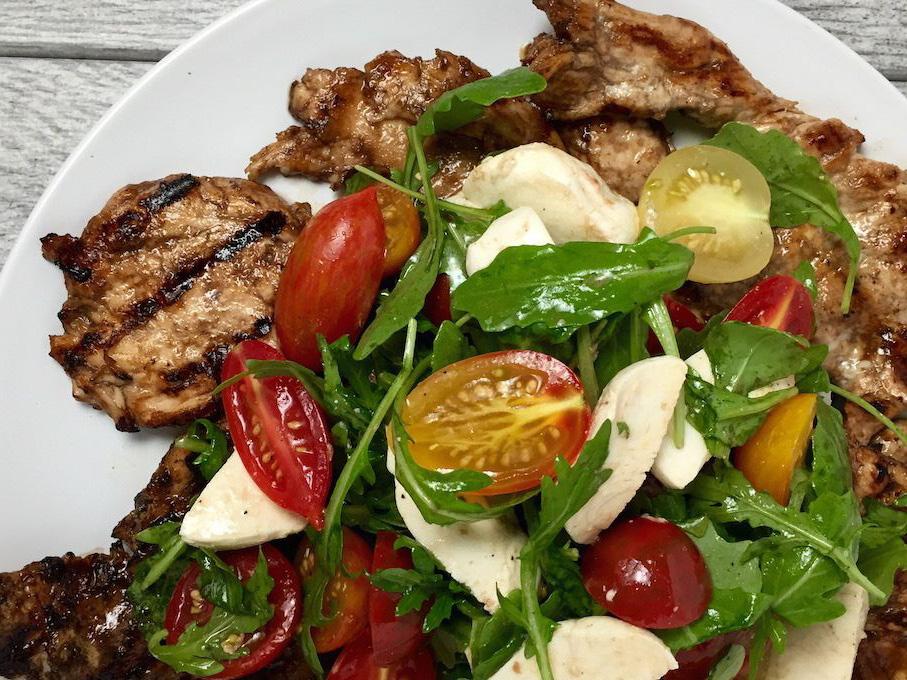 Salata cu spanac sau rucola cu cu vitel rosii cherry si mozarella